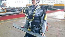 Daewoo prueba un robot exoesqueleto para mover cargas pesadas